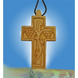Gravírovaný dřevěný kříž s vinným kmenem